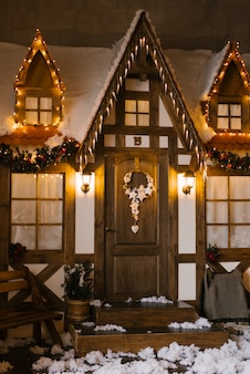 Die fassade eines holzhauses, dekoriert für weihnachten oder neujahr.