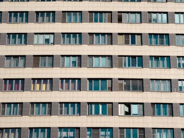 Die fassade eines modernen mehrstöckigen neuen wohngebäudes. nahaufnahme.