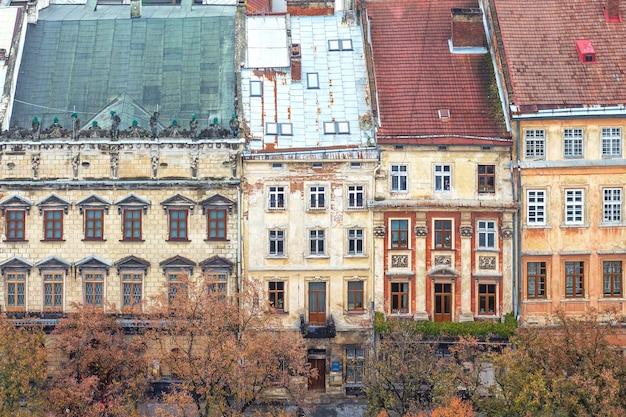 Die fassade von häusern und dächern einer alten europäischen stadt