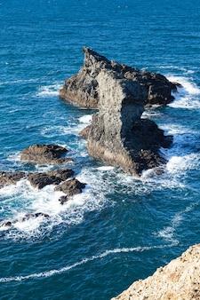 Die felsen und klippen im ozean der berühmten insel belle ile en mer in frankreich