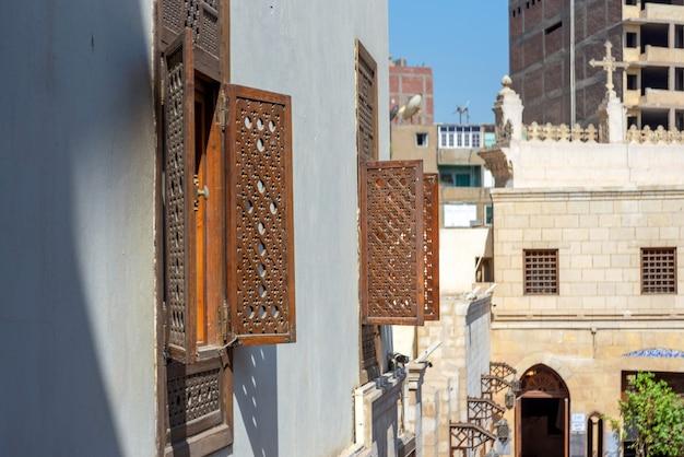 Die fensterläden an fenstern an der fassade der berühmten koptischen hängekirche (st. jungfrau maria) im koptischen kairo