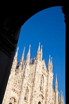 Die fertigstellung der gotischen kathedrale dauerte fast sechs jahrhunderte. sie ist die viertgrößte kathedrale der welt und mit abstand die größte italiens.