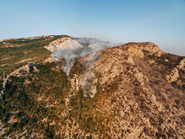 Die feuer eines waldbrandes auf dem gipfel des berges
