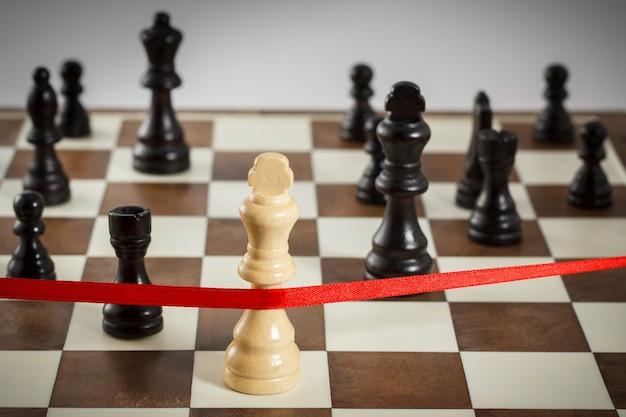 Die figur des königs überquert das rote abschlussband. führungskonzept