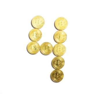 Die figur von 4 aus bitcoin-münzen ausgelegt und auf weißem hintergrund isoliert