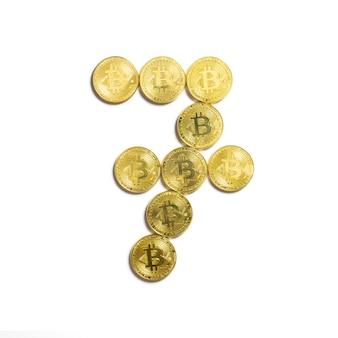 Die figur von 7 aus bitcoin-münzen ausgelegt und auf weißem hintergrund isoliert