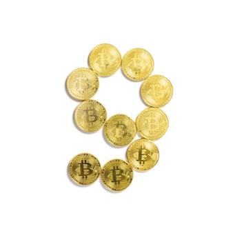 Die figur von 9 aus bitcoin-münzen ausgelegt und auf weißem hintergrund isoliert