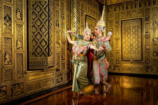 Die figuren phra und nang tanzen in einer thailändischen pantomime.