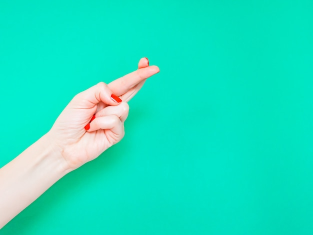 Die finger gekreuzt handzeichen