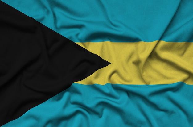 Die flagge der bahamas ist auf einem sportstoff mit vielen falten abgebildet.