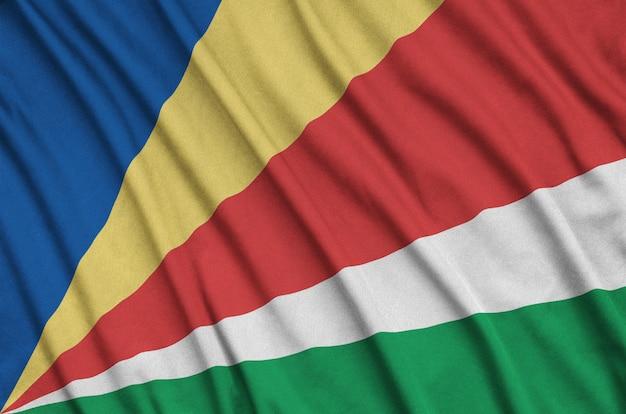 Die flagge der seychellen ist auf einem sportstoff mit vielen falten abgebildet.