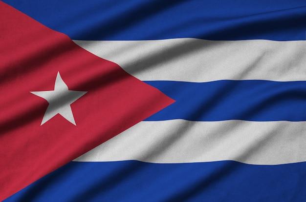 Die flagge kubas ist auf einem sportstoff mit vielen falten abgebildet.