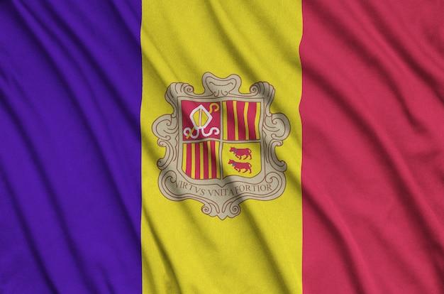 Die flagge von andorra ist auf einem sportstoff mit vielen falten abgebildet.