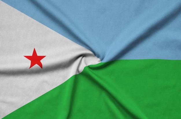 Die flagge von dschibuti ist auf einem sportstoff mit vielen falten abgebildet.