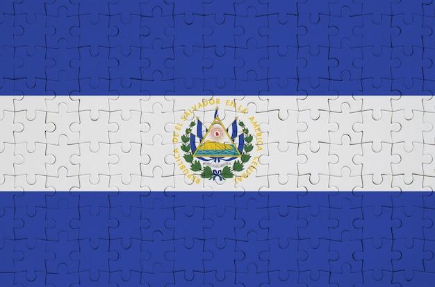 Die flagge von el salvador ist auf einem gefalteten puzzle abgebildet