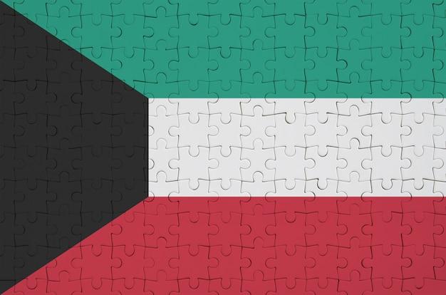 Die flagge von kuwait ist auf einem gefalteten puzzle abgebildet