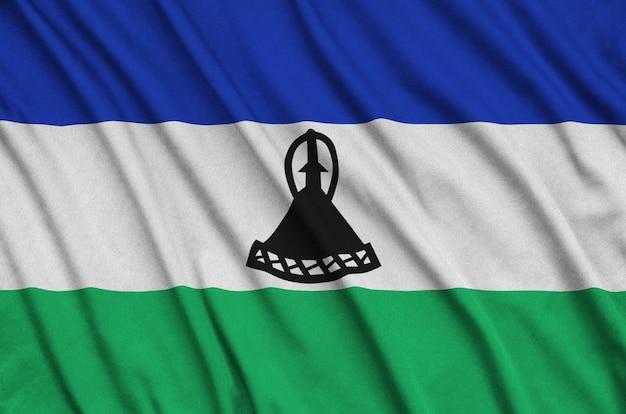 Die flagge von lesotho ist auf einem sportstoff mit vielen falten abgebildet.