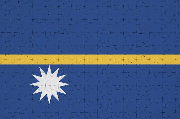Die flagge von nauru ist auf einem gefalteten puzzle abgebildet