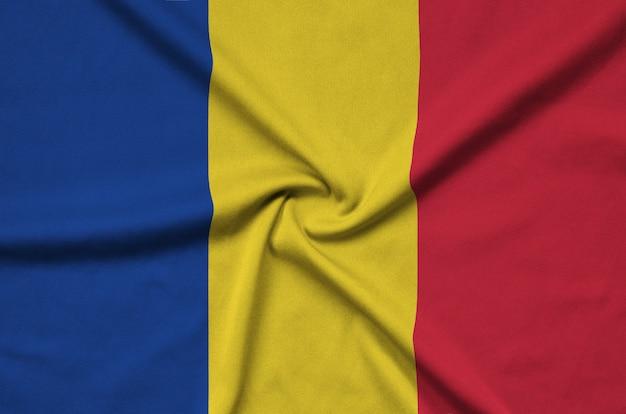 Die flagge von rumänien ist auf einem sportstoff mit vielen falten abgebildet.