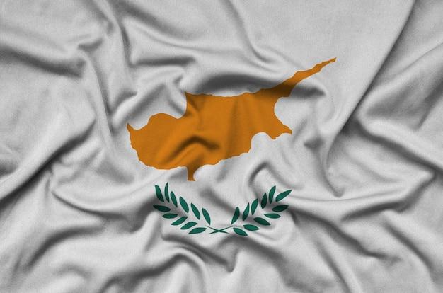 Die flagge zyperns ist auf einem sportstoff mit vielen falten abgebildet.