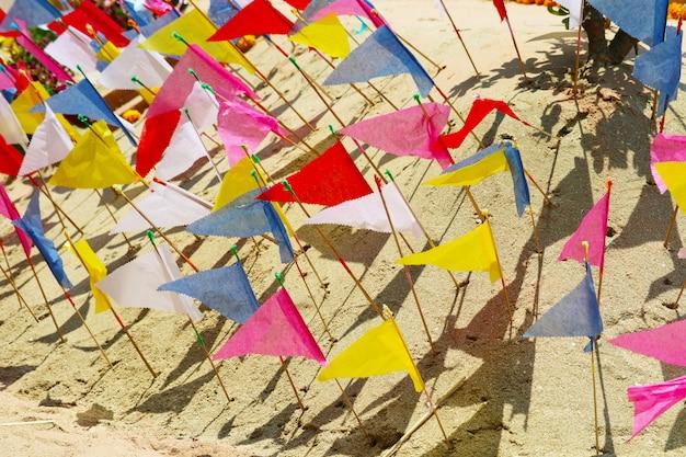 Die flaggen auf der sandpagode wurden sorgfältig gebaut und beim songkran-festival wunderschön dekoriert