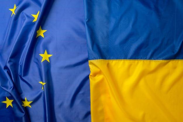 Die flaggen der ukraine und der europäischen union falteten sich ganz nah zusammen
