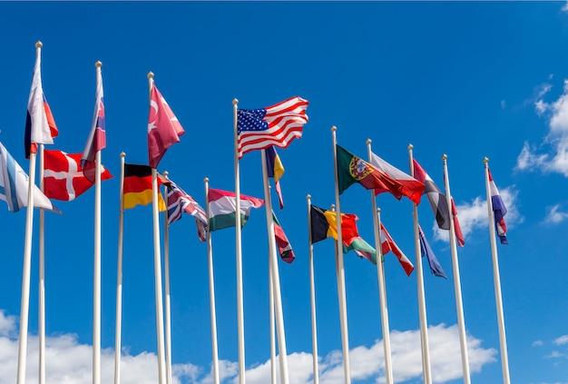 Die flaggen der vereinigten staaten, deutschlands, belgiens, italiens, israels, der türkei und anderer länder