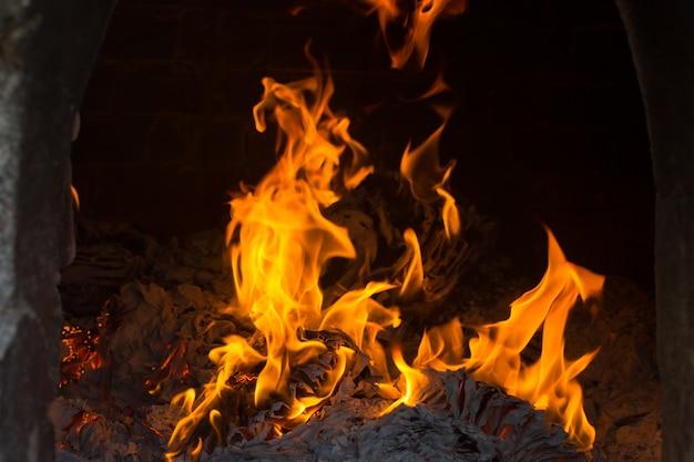 Die flammen brennen im ofen. flammen lodern im ofen auf.
