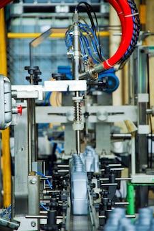 Die flaschen werden auf dem förderbandsystem übergeben. industriemaschine für automobilschmierölfabrik. industrie- und technologiekonzept.
