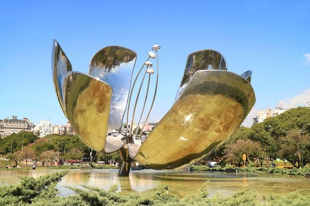 Die floralis generica, eine blumenskulptur aus stahl und aluminium, buenos aires, argentinien