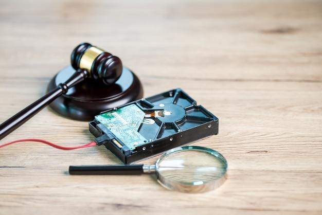 Die forensische abteilung stellt daten von festplatten zu testzwecken wieder her.