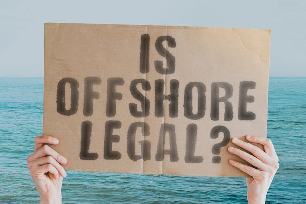 Die frage, ob offshore-recht auf einem banner in der hand eines mannes legality pressure law melden