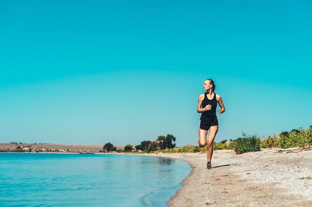 Die frau beim joggen an der meeresküste