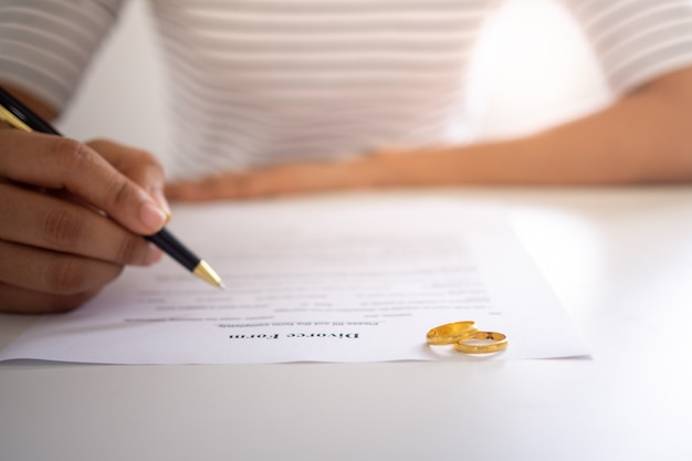 Die frau beschloss, eine scheidungsvereinbarung zu unterzeichnen, um die beziehung zu beenden.