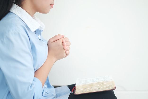 Die frau betet, die bilder von christian.