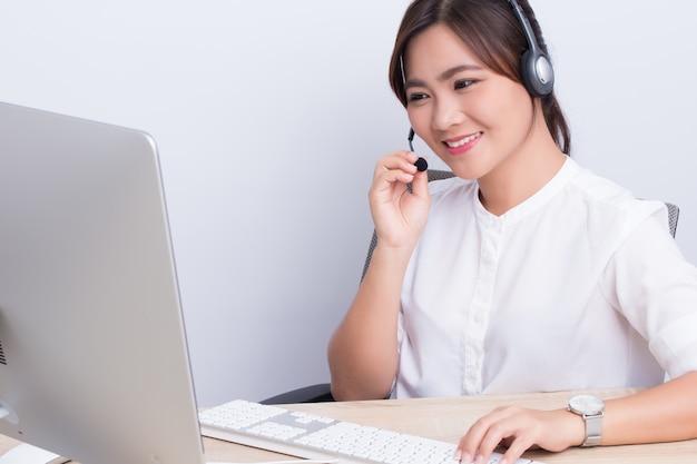 Die frau, die in call-center arbeitet, fühlt sie sich glücklich