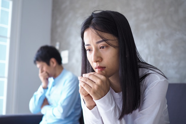 Die frau fühlte sich deprimiert, verärgert und traurig, nachdem sie mit dem schlechten benehmen ihres mannes gekämpft hatte. unglückliche junge frau langweilt sich mit problemen nach der heirat.