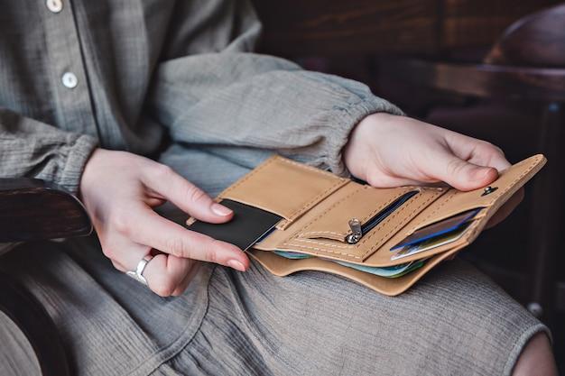 Die frau hält eine offene brieftasche