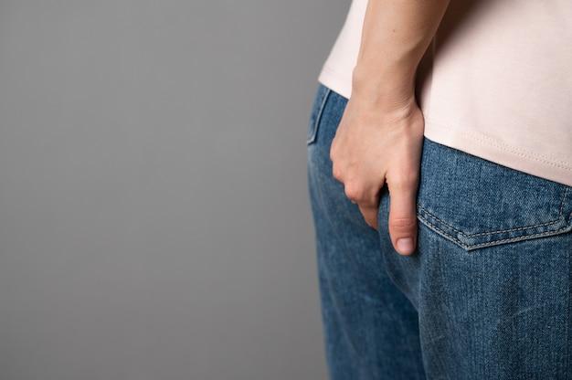 Die frau hat magenverstimmung, hämorrhoiden-problem
