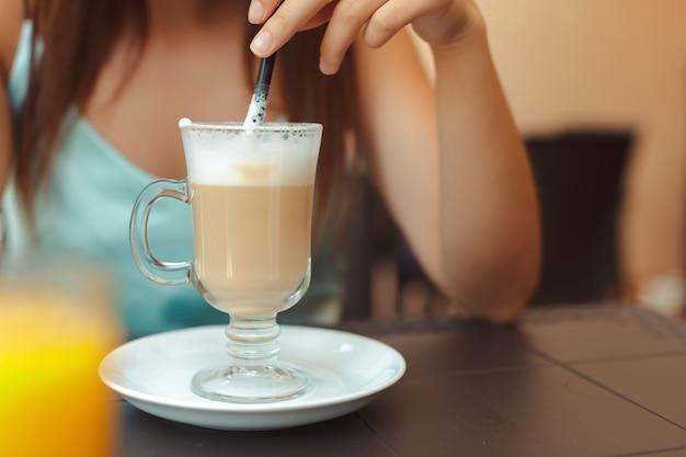 Die frau im café sitzt an einem tisch