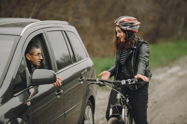 Die frau krachte ins auto. mädchen in einem helm. die leute streiten sich über den unfall.