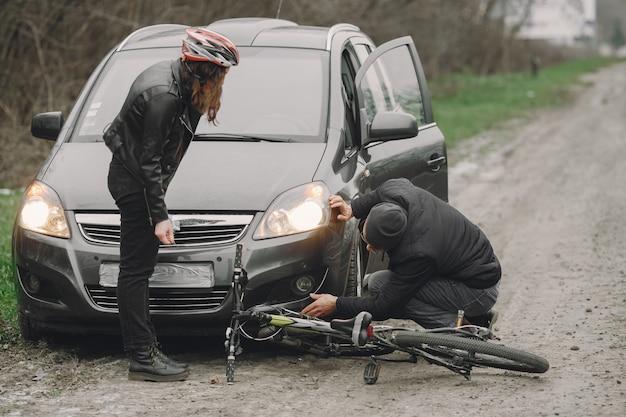 Die frau krachte ins auto. mädchen in einem helm.