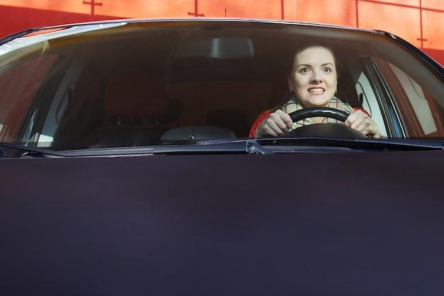 Die frau mit der angst fährt in einem auto