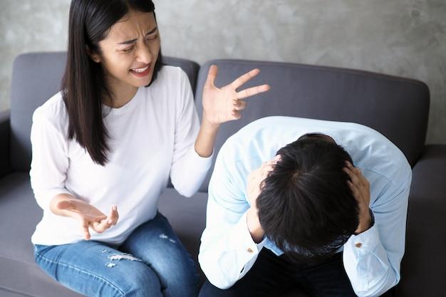 Die frau schrie ihren ehemann an, nachdem sie wusste, dass ihr ehemann untreu war. der streit der paare nach der heirat