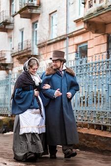 Die frau und der mann in vintage-anzügen. menschen in retro-kleidern. auf der strasse gehen