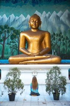 Die frau verehrt den buddha