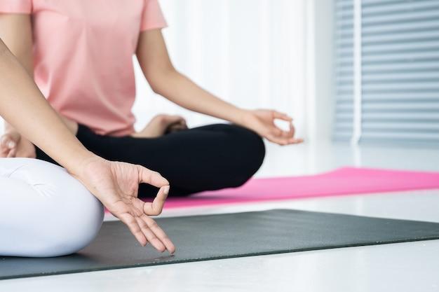 Die frauen, die yoga tun, trainieren zusammen, konzept des wellness, des gesunden lebens und der gesunden tätigkeit im täglichen lebensstil.