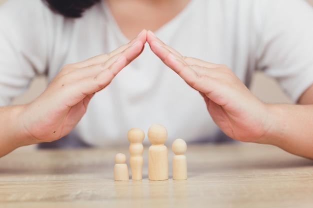 Die frauenhände, die versicherungsfamilie leben-schutz verteidigen, schützen sich