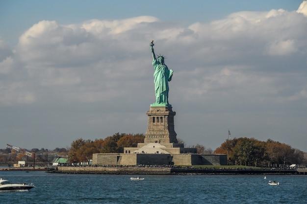 Die freiheitsstatue auf liberty island