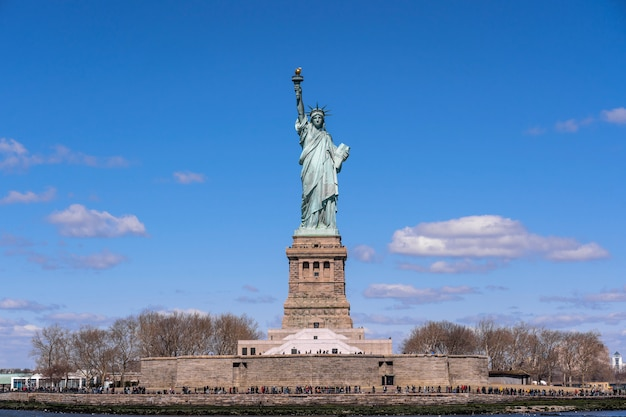 Die freiheitsstatue unter dem blauen himmelhintergrund, new york city